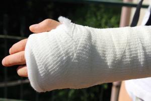 車のドアで指を挟んだときの対処と経過