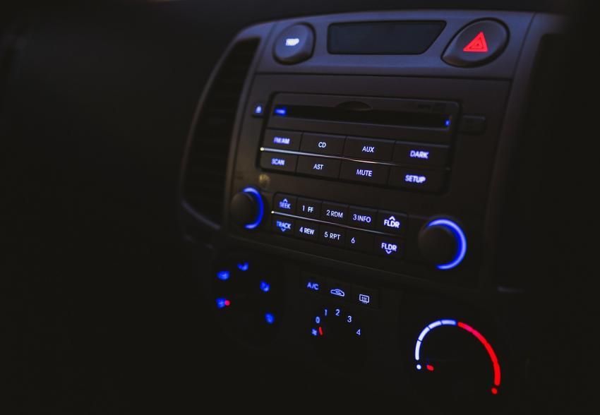 SDカードやメモリーカードに保存した音楽をFMで聴ける車載オーディオプレーヤー