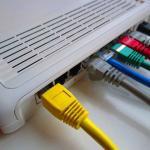 別の階でも高速無線インターネットをするために使える「窓の隙間用LAN配線ケーブル」