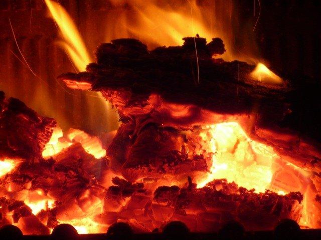 キャンプやバーベキューで効率よく木炭に火を点けるには