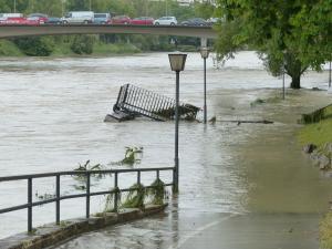豪雨で自宅などへの水の侵入を防ぐ便利グッズ「水で膨らむ土嚢(土のう)」